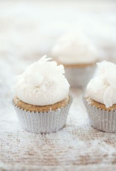 canelle et vanille - food drink - food - dessert - cupcakes - sweetness, sparkle and christmas eats holidays-christmas White Chocolate Cupcakes, White Cupcakes, Yummy Cupcakes, Coconut Cupcakes, Marshmallow Cupcakes, Pretty Cupcakes, Vanilla Cupcakes, Sparkly Cupcakes, Icing Cupcakes