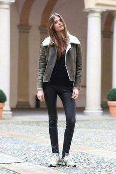 Tenue: Manteau en peau de mouton retournée gris foncé, T-shirt à manche longue noir, Pantalon slim en cuir noir, Baskets basses