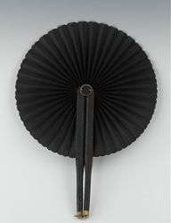 An American Mourning Fan, circa Civil War Era The two sticks are clad in leather with brass tip at the ends, hinged at the top and opening the silk fan in a circular fashion, all in black, the ring at the tip would clip to the other stick to hold it open. Hand Held Fan, Hand Fans, Mourning Dress, Civil War Fashion, Vintage Outfits, Vintage Fashion, Post Mortem Photography, Historical Clothing, Historical Dress