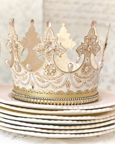 I don't know where to begin with how much I want to make one of these. for every day of the week! 😍😍😍😍😍😍😍😍😍😍😍 A Gilded Life shares how to make tiaras and crowns from paper and a die-cutting machine! How To Make Tiara, Make A Crown, Diy Crown, Crown Crafts, Senior Crowns, Girl Birthday, Birthday Parties, Diy And Crafts, Arts And Crafts