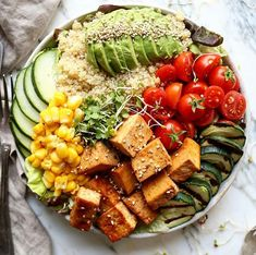 quick and easy dinner Lots of raw veggies, grilled courgette, quinoa, sliced avo and tamari & chilli tofu Elisa -Plant Based Foodie ( Energy Fitness, Lose Fat Fast, Good Energy, Healthy Weight Loss, Love Food, Cravings, Vegetarian Recipes, Veggies