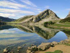 Lago Enol, en Asturias (España). Los lagos de Covadonga están formados por dos pequeños lagos, el Enol y el Ercina, de origen glaciar. Están ubicados en Cangas de Onís, y es uno de los principales atractivos naturales del Parque Nacional de Picos de Europa. Los lagos, como se les conoce popularmente en Asturias, se hicieron famosos por ser una de las etapas destacadas de la Vuelta Ciclista a España. Spain And Portugal, Atlantic Ocean, Continents, Natural, Morocco, Africa, Europe, River, Street
