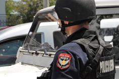 """Bilanci """"Lazarat"""", 34 ton drogë, armë, municione, laboratorë...  Policia vijon operacionin e kontrollit derë më derë; deri më tani 18 të arrestuar; operacioni vlerësohet brenda dhe jashtë vendit - http://bit.ly/1qqyZSQ   Mijëra kilogram kanabis e heroinë, qindra armë, një sasi e konsiderueshme municionesh, dokumente identifikimi të ndryshme, mes të cilave edhe një shtetësie serbe dhe 18 të arrestuar. Ky është bilanci i deritanishëm i operacionit policor të nisur që të hënën në fshatin Lazarat."""