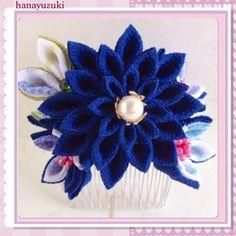 一越縮緬で作ったつまみ細工のコーム簪です。剣つまみのお花です。中央は藍色の縮緬生地を一色で三段つまみにしました。そばに5枚の花ビラの小花を寄り添うように飾って... ハンドメイド、手作り、手仕事品の通販・販売・購入ならCreema。