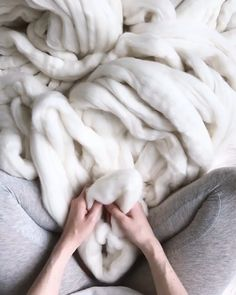 How To DIY Your Own Blanket And Your Kitty's Warm Bed👀Check This! How To DIY Your Own Blanket And Your Kitty's Warm Bed👀Check This!,Cat ideas DIY Your Own Blanket With These Colorful Merino Wool Knitting Yarn. projects knitting bags for beginners videos Knitting Yarn Diy, Arm Knitting, Diy Finger Knitting, Finger Crochet, Yarn Projects, Knitting Projects, Knitting Tutorials, Knitting Videos, Crochet Videos