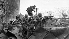Cоветские автоматчики во время уличных боев на окраине Сталинграда. Фотография публиковалась в газете «Красная Звезда».