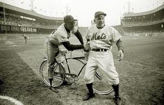 June 1962 at the Polo Grounds: Hall of Famers Willie Mays and Casey Stengel messing around before a 1962 Giants - Mets game. Ny Mets, New York Mets, New York Giants, New York Stadium, Stadium Tour, Mets Game, Casey Stengel, Negro League Baseball, Polo Grounds