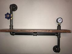 Steampunk ispirato scaffale realizzato da legno recuperato e tubo industriale con preasure calibro e cancello Industrial chic valvola