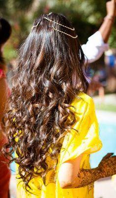 Delhi NCR Marwari Destination Wedding - Varun & Komal Mehendi Hairstyles - Loose Curls with a Matha New Bridal Hairstyle, Hairdo Wedding, Wedding Hairstyles For Long Hair, Bridal Hairstyles, Matha Patti Hairstyles, Open Hairstyles, Hairstyles Haircuts, Straight Hairstyles, Brunette Hairstyles