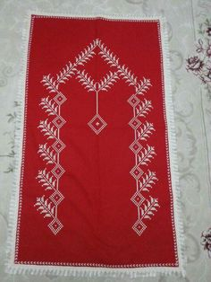 This post was discovered by Hülya Şen Yoğurtcu. Discover (and save!) your own Posts on Unirazi. Prayer Rug, Bargello, Filet Crochet, Baby Knitting Patterns, Needlepoint, Diy And Crafts, Prayers, Cross Stitch, Embroidery