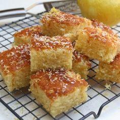 Smeuïge citroen-kokos plaatcake Citroen Cake, Cake Recept, High Tea, Cornbread, Coco, Creme, Bakery, Cheesecake, Muffin