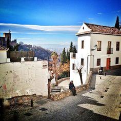 #InstagramELE  Hay muchos #rincones en Granada con encanto especialmente en el barrio del Albaycín. En esta foto hasta se ve un poco de la Alhambra a la izquierda.