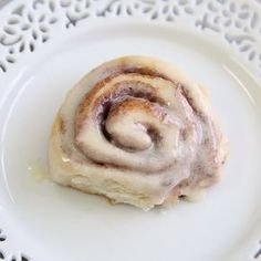 ONE-HOUR Cinnamon Rolls! One-Hour Cinnamon Rolls – Super soft and delicious cinnamon rolls slathered with an amazing melt-in-your-mouth frosting. Just as yummy as the classic cinnamon roll recipe, but done in half the time! Brunch Recipes, Sweet Recipes, Breakfast Recipes, Dessert Recipes, Cheap Recipes, Frosting Recipes, Snack Recipes, Delicious Desserts, Yummy Food