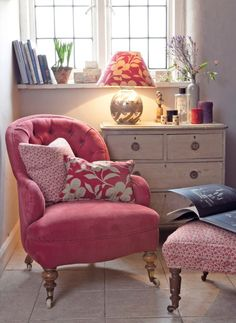 Elegant English country living room ideas for your home. English cottage interior design suggestions and inspiration. Cottage Furniture, Living Room Furniture, Ikea Furniture, White Furniture, Salons Cottage, Style Cottage, Salons Cosy, Cottage Living Rooms, Bright Living Room Decor