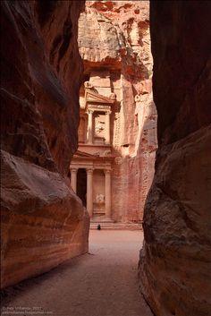 砂漠の谷の中に忽然と現れる古代遺跡「ペトラ」を幻想的にキャンドルでライトアップ - DNA