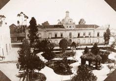 1887- Largo de São Gonçalo, atual Praça João Mendes - Já remodelado, o prédio da antiga cadeia pública serviu para instalar a Assembleia Provincial e Câmara Municipal de São Paulo.