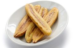 Though plantains look deceptively like bananas, the resemblances are only skin-deep. Plantains boast a starchy texture and bland flavor, developing only a slight hint of sweetness in the latter stages of maturity, when the peel turns brown and black. Baked Vegetables, Fruits And Veggies, How To Make Barbecue, How To Cook Plantains, Grilling Recipes, Cooking Recipes, Banane Plantain, Plantain Recipes