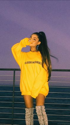 Ariana grande with a yellow jacket Tumblr Ariana Grande, Ariana Grande 壁紙, Ariana Grande Outfits, Ariana Grande Photos, Ariana Grande Vestidos, Billie Eilish, Ariana Grande Wallpaper, Dangerous Woman, Fat To Fit