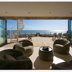 Современная гостиная Вашего дома преобразится с Бескаркасным креслом Butterfly Sofa™ и Бескаркасным Столиком Versa Table™