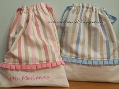 Seguimos con pequeños trabajos,para una causa benéfica.En este caso bolsa en rosa y azul.      En rosa hice dos versiones,una bordada para... Sac Lunch, Sewing Crafts, Sewing Projects, Potli Bags, Sewing School, Quilted Bag, Fabric Bags, Little Bag, Kids Bags