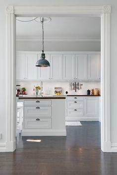 Mäklarbilder på ett kök som Sven Snickare har tillverkat.