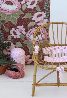 DIY chaise : 10 idées de customisation - Clem Around The Corner Deco Rose, Patterned Chair, Woven Chair, Arts And Crafts, Diy Crafts, Idee Diy, Hanging Chair, Wicker, Weaving