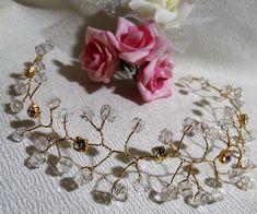 Lindo porta coque de pedrinhas de strass, feito à mão, versátil podendo usar como tiara.  Disponível nas cores dourada, prata pink, vermelho, ouro velho e preto.