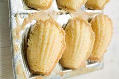 A receita de madeleines é um pequeno bolinho doce assado, suave e delicioso, e tem formato de concha. Veja como é fácil fazer essas madeleines em casa.