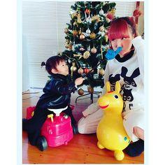 Instagram media sayupeko - ドSな、、めいっこ笑 あたしをいじめてるとき やたらと楽しそうーー 最近、あたしのいないとこで 呼び捨てしてるらしい笑 だけど、かわいすぎてやばいんだーーー(*´∇`*)♪♪ #めいっこ #ちいさいこども #おおきいこども #指さし棒#おもちゃ #クリスマスツリー #ロディ#車のおもちゃ #笑顔#鼻につっこむ #いやし#おせわずき #おおつかあい#すまいりー