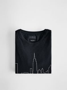 Architecture and design in today's fashions. T-shirt with a New York positional print, made from 100% cotton. With a straight cut, round collar, short sleeves and side slits at the hem. Limited Edition SOFT Collection.
