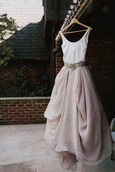 Gespot: Bijzondere trouwjurk met witte top en oudroze rok