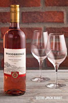 Vin Rosé au verre disponible au Bistro Jack Rabbit du Centre de ski Le Relais. Bistro, Jack Rabbit, Wood Bridge, White Wine, Alcoholic Drinks, Bottle, Rose, Glass, Budget