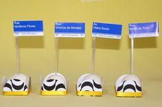 Toppers com Ruas Cariocas para festas do tema RIO DE JANEIRO e FESTA CARIOCA. <br>(Você pode escolher quais ruas quer, fazermos de todas as cidades) <br> <br>O topper é DUPLA-FACE e possui o desenho dos dois lados. <br> <br>Ideal para decorar docinhos, cup cakes ou demais itens da sua mesa. <br> <br>Impresso À LASER em papel 180grs e colado em pazinha transparente. <br>(as forminhas devem ser compradas separadamente) <br> <br>Preço unitário, pedido mínimo 20 unidades. <br…