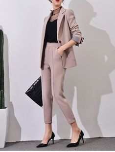 43 Unique Office Outfits Ideas For Career Women - Spring Work Outfits Spring Work Outfits, Casual Work Outfits, Business Casual Outfits, Work Attire, Work Casual, Classy Outfits, Women's Casual, Vest Outfits, Chic Outfits