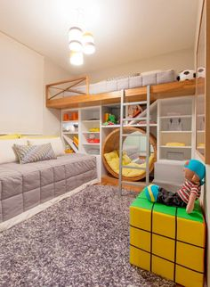 """O destaque deste quarto projetado para irmãos de 6 e 8 anos é o nicho circular. """"Como a mãe estimula muito a leitura, criamos um cantinho diferente para eles deitarem e lerem um gibi ou um livro"""", explicam os arquitetos Débora Dalanezi e Marcello Sesso. O tapete de nylon permite que a crianças brinquem no chão"""