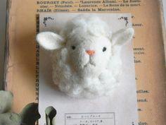 羊のブローチ シロ×シロ - by ヒツジフエルト縮絨室 ヒロタリョウコ[Sheep Brooch by Felt Fulling Labo-Ryoko Hirota]