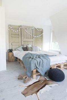 Unique Modern Bedroom Design Ideas for Your Inspiration Farmhouse Bedroom Decor, Wood Bedroom, Modern Bedroom, Bedroom Furniture, Bedroom Ideas, Pallet Beds, Pallet Furniture, Diy Pallet, Pallet Wood