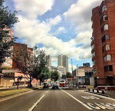 En la Carrera 7 con 86, límite de sur a norte entre barrios La Cabrera y El Refugio.