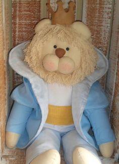 Corpo em algodão cru Juba - barbante cru Coroa de feltro Camisa e tricoline branco Casaco e calça - fustão azul Forro do casaco: tricoline estampado 100% algodão R$ 160,00