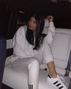 Who made Kylie Jenner's white sneakers, pants, and sweatshirt? (OutfitID) - Who made Kylie Jenner's white sneakers, pants, and sweatshirt? Kylie Jenner Flash, Moda Kylie Jenner, Kylie Jenner Fotos, Trajes Kylie Jenner, Estilo Kylie Jenner, Kylie Jenner Outfits, Kylie Jenner Style, Kylie Jenner Instagram, Jenner Girls