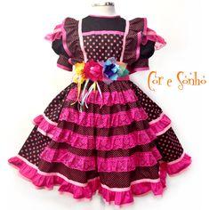 Vestido exclusivo para a festa Junina de meninas. Todo confeccionado em material 100% algodão de ótima qualidade e flores bordadas de tecidos variados.  Contém uma saia anágua separada de filo para armar a roda do vestido.  O cinto tem ajuste de tamanho.
