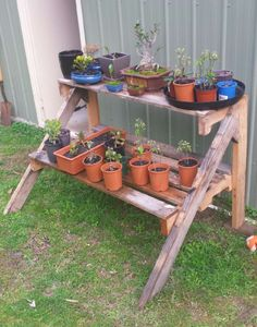 Pallet Plants Stand A plant stand easy to make if you find a long pallet to chop in half. Vertical Pallet Garden, Pallet Planter Box, Pallets Garden, Planter Boxes, Pallet Gardening, Diy Planters, Organic Gardening, Container Gardening, Pallet Crafts