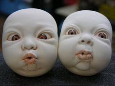 Het mannetje links kijkt scheel en ik wil mijn masker ook scheel laten kijken. Ik weet nog niet zeker of ik de lippen ook zo ga doen. Misschien ga ik een lachende mond maken of misschien ga ik deze mond maken. Het mannetje rechts ga ik niet gebruiken.