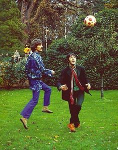 """thateventuality: """"Scan - George Harrison and Paul McCartney (with John Lennon in the background) during the filming of Magical Mystery Tour, presumably at Ringo Starr's home, Sunny Heights, 3 November. Foto Beatles, The Beatles, Beatles Photos, Beatles Bible, Ringo Starr, George Harrison, John Lennon, Bob Marley, Soccer"""