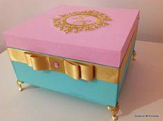 Caixa em mdf, toda forrada com tecido, bordada na tampa com linha dourada metalizada, pezinhos de metal dourado, medidas 16x16x7 cm, com divisórias.