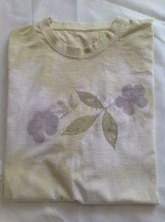 Unique/t-shirt zeste de ctron vert et fleurs de balcon/fait-main par teinture végétale motifs sève de plantes. de la boutique LNVE sur Etsy