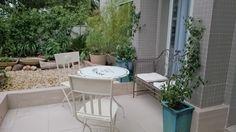 Jardim em vasos em terraço aproveita o espaço externo, veja no Blog Jardim de Helena