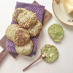 Hjemmelavede broccoliboller med smeltet smør på et bræt til morgenmad