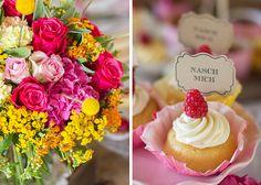 Ein sommerlicher Sweet Table mit gelber Rüschentorte  Foto: Von Honig und Vanille Sweets: suess und salzig