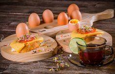 """Deseczka w 100 % wykonana ręcznie z drewna jesionowego. Zaprojektowana jako idealna do serwowania jajek (7 szt.)na wyjątkowe okazje.Umili i nada miłą atmosferę każdemu śniadaniu kolacji, lub przy świątecznym stole. Doskonała do użytku codziennego lub naprezent dla """"jajcarzy"""";) Tworzona przy użyciu tradycyjnych technik i narzędzi stolarskich. Stanowi także ciekawy element wystroju wnętrza, każdy Ci jejpozazdrości. Ze względu na technologię i wysoką jakość wykonania jestodporna na ..."""